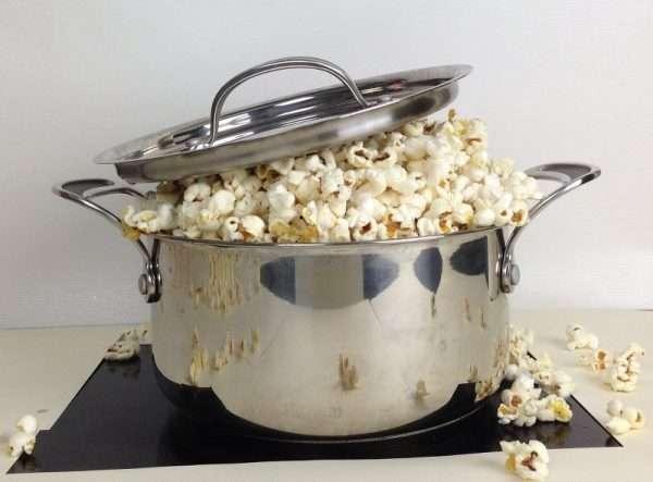 Popcornkastrull med popcorn