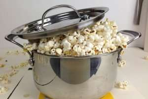 Bra popcornkastrull med popcorn