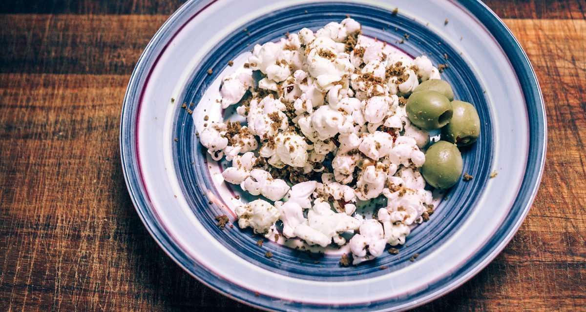 Tallrik med olivpopcorn och oliver