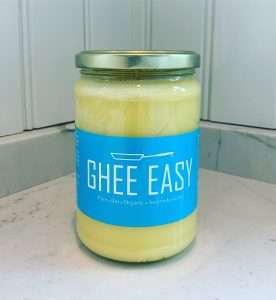Ghee är en mycket ren form av ekologiskt skirat smör och används främst som en matolja. Ghee är superstabilt att steka i då det klarar upp till 250 grader utan att det bränns. Därför funkar den jättebra att poppa popcorn med samtidigt om du får den härliga smöriga smaken utan risk för att bränna.