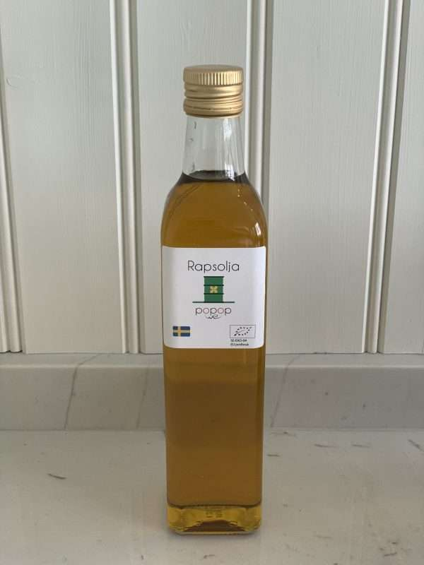 Ekologisk rapsolja Ekologisk rapsolja från Värmland eller värmländskt guld som vi kallar det, tack vare sin vackra guldgula ton. En helt enkelt jättegod olja att poppa i för den tillför en rejäl nötig rapssmak till popcornen. En naturlig smakförhöjare för smaksinnena!
